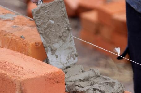 Использование автоматического инструмента для кладки кирпича